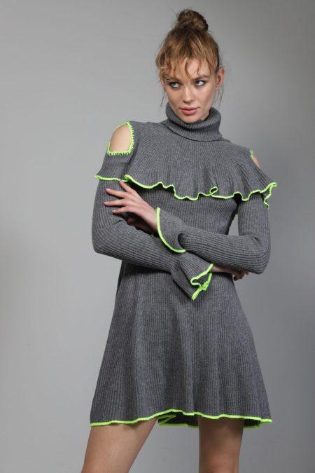 Jersey gris de punto y cuello cisne con detalle de volante en la parte superior y puños y apertura en la parte de los hombros de GUTS&LOVE