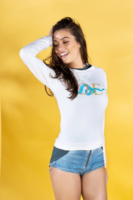 Guts and love. Sudadera de color blanco Underneath love sweatshirt de la colección primavera verano 2020 Underneath the star