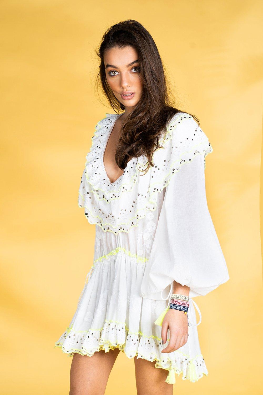 Guts and love. Vestido corto de color blanco Ruffle me more de la colección primavera verano 2020 Underneath the star