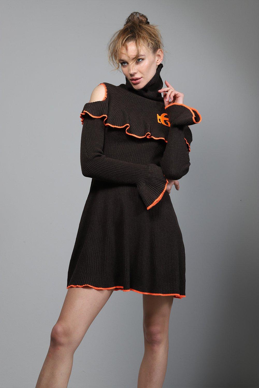 Jersey marrón de punto y cuello cisne con detalle de volante en la parte superior y puños y apertura en la parte de los hombros de GUTS&LOVE